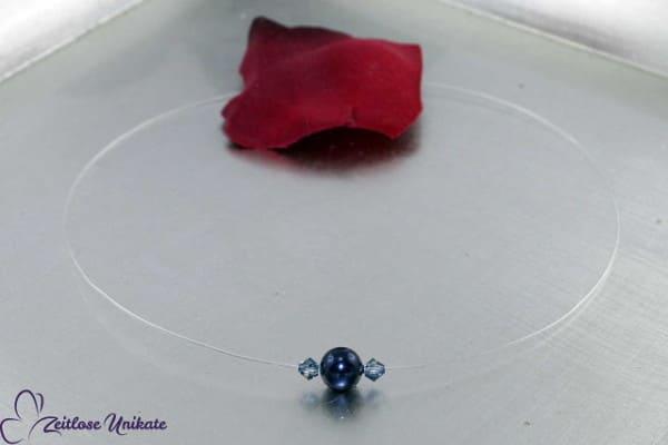Night blue Pearl, dunkelblaue schwebende Perle begleitet von Kristallen, transparente Kette
