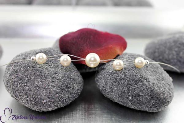 Shining mini Perle, eine zarte & verspielte Neckholderkette mit 5 eleganten Perlen