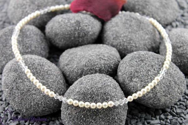 Brautschmuck - Zierlich, zarte Perlenkette verziert mit 3 Kristallen alle 8 Perlen