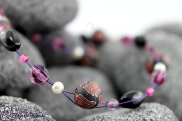 Einmalige Kette! Verspielte Halskette in lila schwarz mit einmaligen Perlen mit Blumenmuster