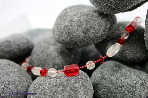 Romantische Kette in rot wie die Liebe & milchig weißen Glasperlen - ZUlimitiert max. 4