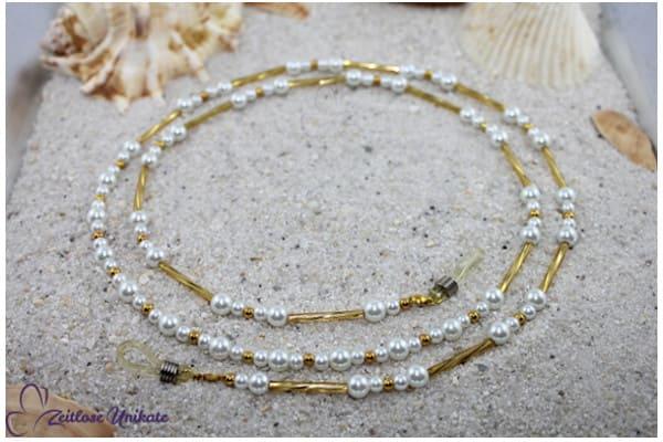 gedrehte goldfarbene Glasstäbchen - Brillenkette oder lange Kette in weiß und goldfarben