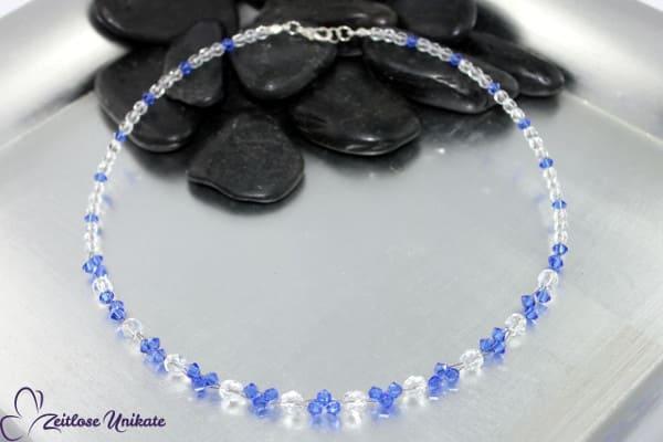 Interessante Kette mit funkelnden Perlen in safir und kristallklar - ZUungewohnt
