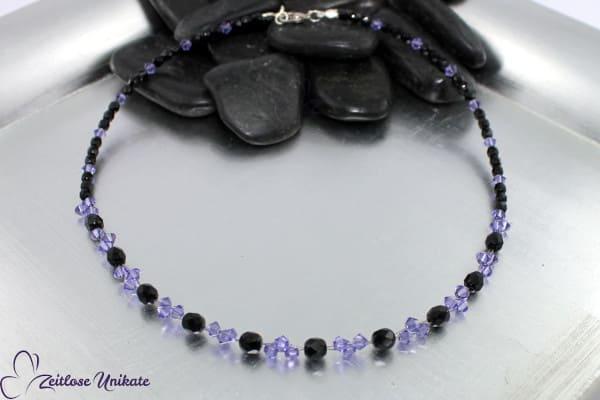 Tanzanite schwarz –  Kette mit tansanitfarbenen / lila Kristallen - schwarze Perlen - ZUungewohnt