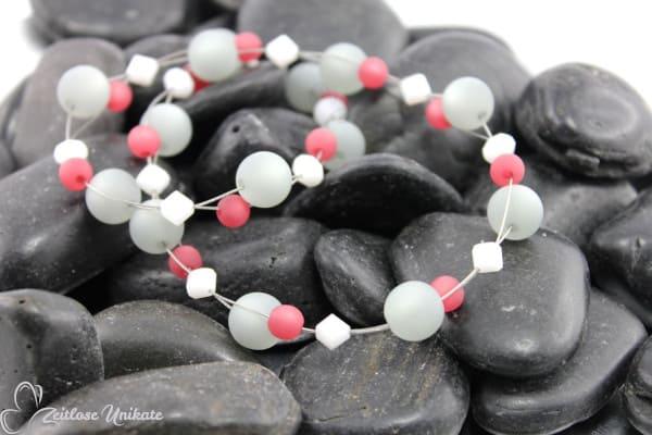 Poppige Halskette in grau, weinrot und weiß, interessantes Farbspiel - ZUgroß