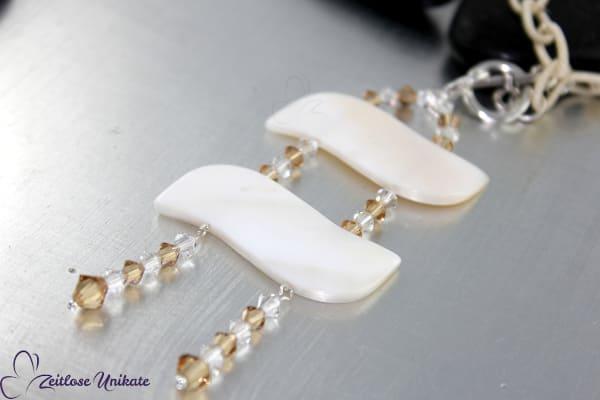 zauberhafte Muschelstücke und Swarovski® Xilion Beads an beiger Textil-Gliederkette * Einmalige