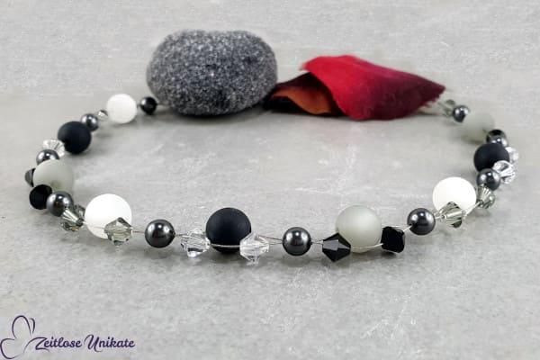 Kette in Testbildfarben - schwarz, weiß und grau - neutrale Farben trotzdem ein Hingucker