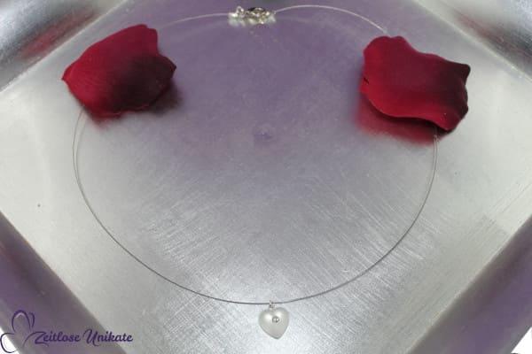 RETRO Perle - Herzige, kaum sichtbare Kette - ein funkelnder Strassstein - milchig weißes Herz