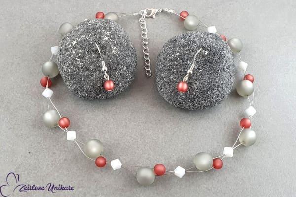 Schlichte Ohrringe zur poppige Halskette in grau, weinrot und weiß, interessantes Farbspiel - ZUgroß