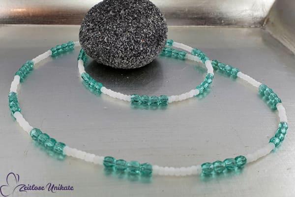 Feine Brillenkette oder Maskenkette interessantes blau - gefrostete weiße Perlchen - sehr zierlich