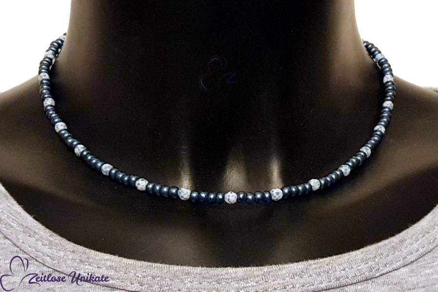 sportliche schlichte Halskette in Jeansblau weiß, kleine Perlen