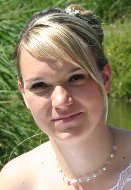 Braut Franziska - One Shoulder Brautkleid - zarter Blumen Schmuck