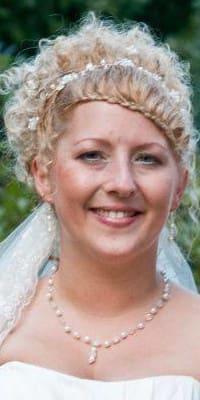 Braut mit Corsagenbraut und Ypsilonkette mit glitzernden Perlen