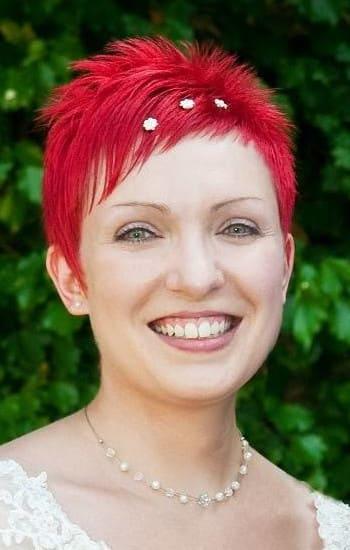 rothaarige Braut mit Blumen Haarschmuck und passender Blumenkette / Armband