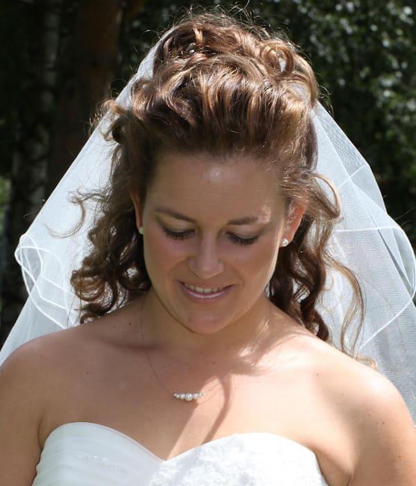 Braut mit Herz-Dekolleté Brautkleid, schlichter Perlenschmuck