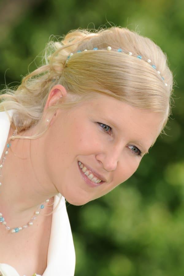Braut Miriam mit Brautschmuck Etwas Blaues & Kopfschmuck