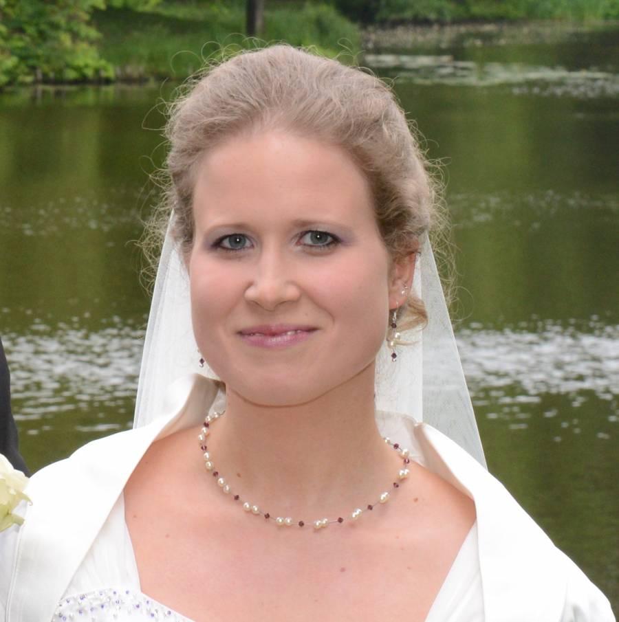 Braut mit amethystfarben Kristallen im Brautschmuck Luftig